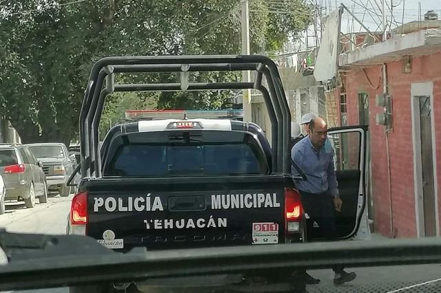 Regidor de Tehuacán usa patrullas como transporte