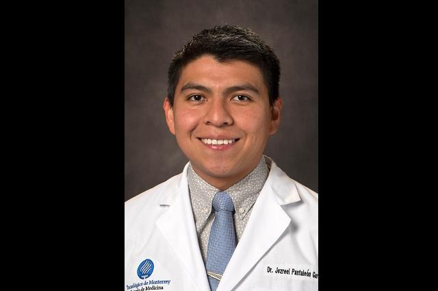 Joven mixteco trabaja en tratamiento contra el Covid-19