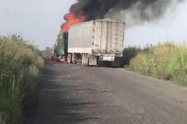 Sicarios atacan en Jalisco a un convoy militar e incendian tráiler
