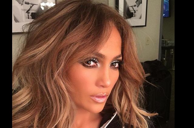 Jennifer Lopez baila twerking vestida de colegiala