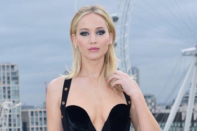 Sexy vestido de Jennifer Lawrence causa polémica y ella calla a críticos