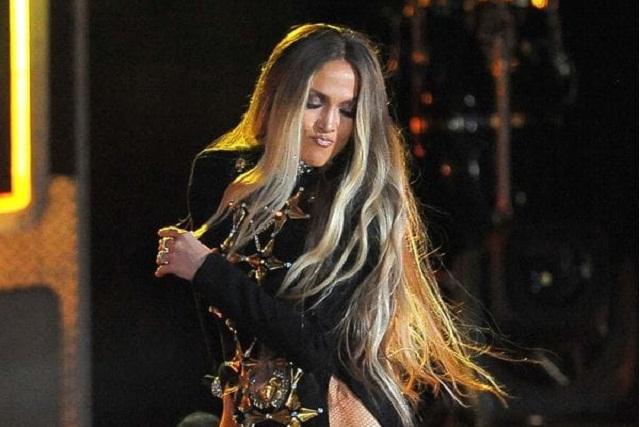 Jennifer López causa controversia tras momento incómodo con una fan