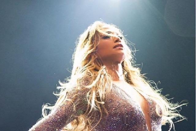 Jennifer Lopez desfila con vestido que usó hace casi 20 años