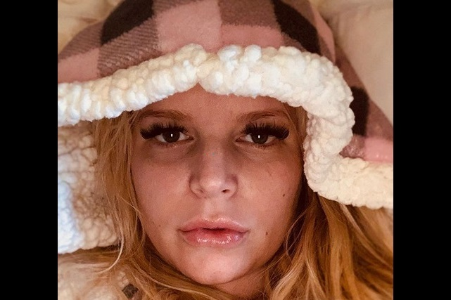 Con foto de sus pies Jessica Simpson pide ayuda a sus fans