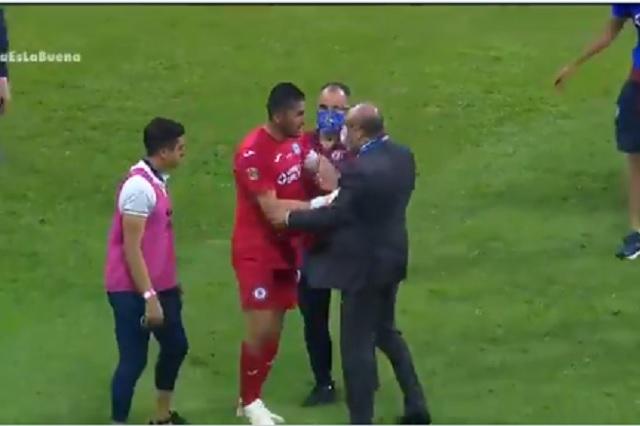 Jesús Corona riñe con comisario de la Liga MX durante festejos del título