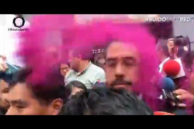 Manifestantes le arrojan pintura rosa al secretario de Seguridad CDMX