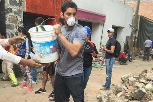 Jesús Corona, portero de la selección mexicana ayuda a levantar escombros