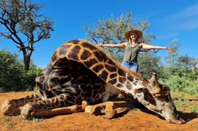 Mujer posa con corazón de jirafa y se burla de las críticas que le hacen