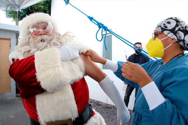 Aglomeración, caos y Santa Claus en vacunación de Puebla capital