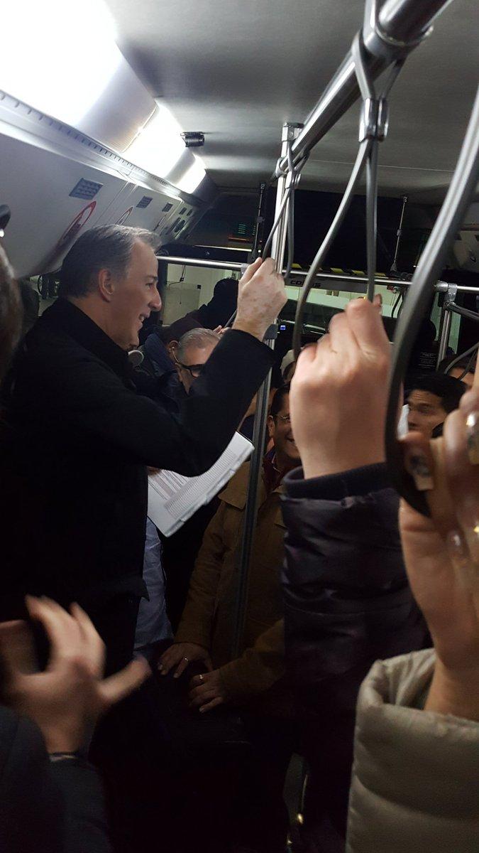 Meade difunde fotografía en la que se le ve viajando en autobús