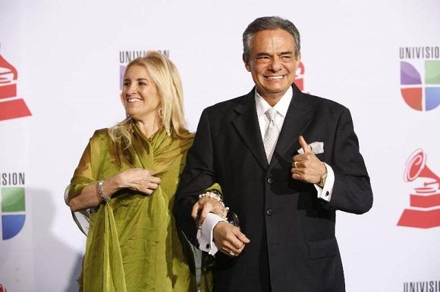 Tras su salida del hospital, José José y su esposa están juntos