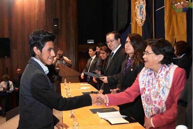 Joven mixteco gana medalla de oro en olimpiada del conocimiento