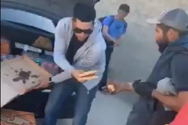 Joven reparte 30 cajas de pizza a personas en situación de calle