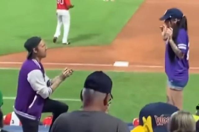 Joven pide matrimonio a su novia en partido de béisbol y ella dijo no