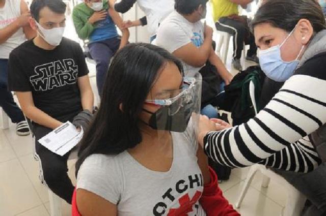 Jóvenes ponen de moda certificado de vacuna en Bolivia