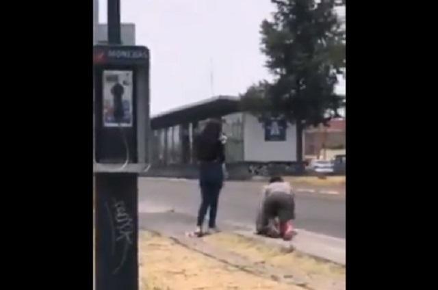 ¿Joven pide perdón a su novia caminando de rodillas tras ella?