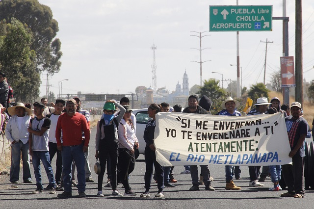 Frenan obra tras bloqueo de vecinos al aeropuerto de Puebla