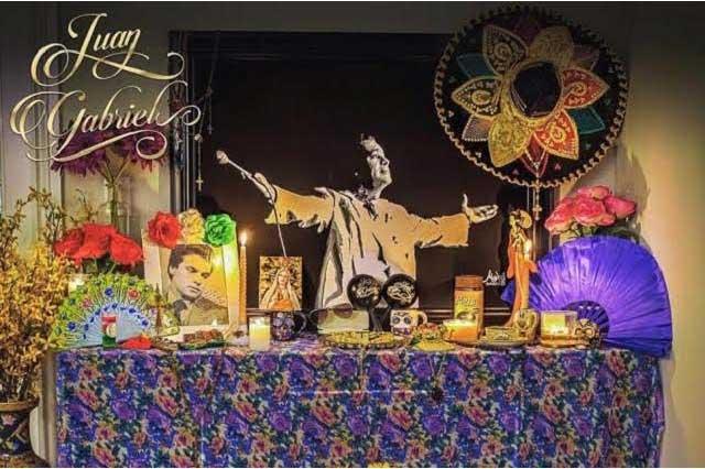 Hijos de Juan Gabriel le dedican emotivo altar de muertos