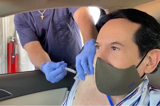 Juan José Origel se vacunó contra el Covid-19 en Estados Unidos