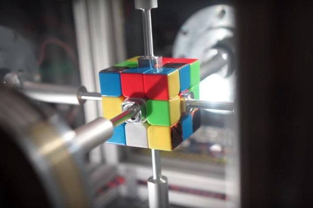 El robot que armó un cubo Rubik en tiempo récord