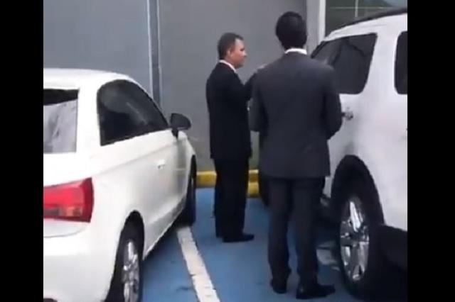 A martillazos, juez ordena romper cristal de un vehículo que le ganó el lugar