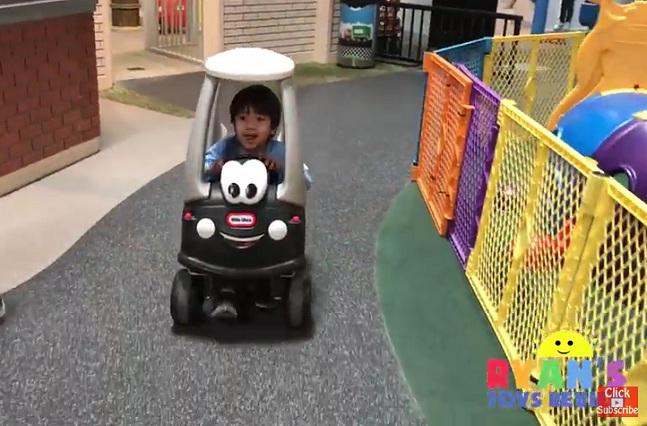 Niño de 6 años es millonario por videos en YouTube donde prueba juguetes