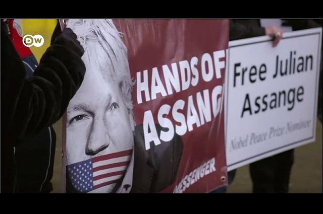 Desnudaron 2 veces a Julian Assange y lo esposaron, dice abogado