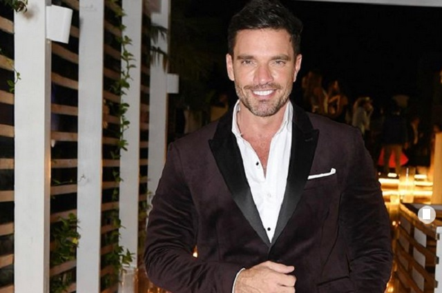 Video: Julian Gil le lleva serenata a su hija en plena despedida de soltera