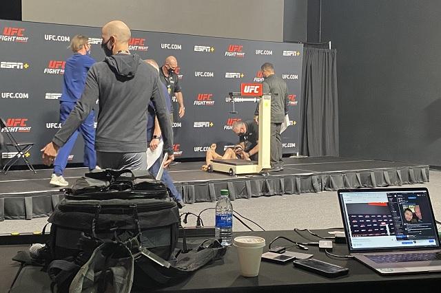 Peleadora de UFC se desvanece durante ceremonia de pesaje