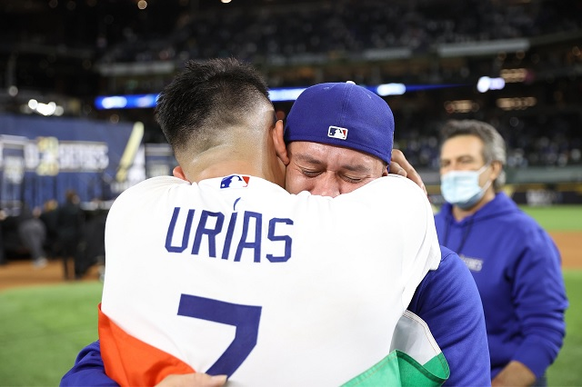 Julio Urías y Victor González se coronan con Dodgers tras 32 años de sequía