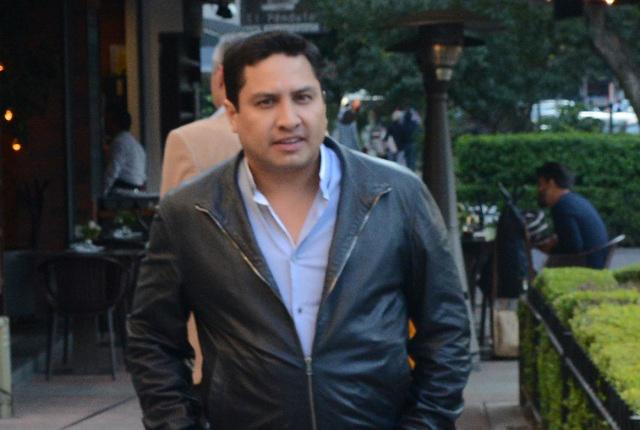 Julión Álvarez pasea solitario por la CDMX y sus fans lo arropan