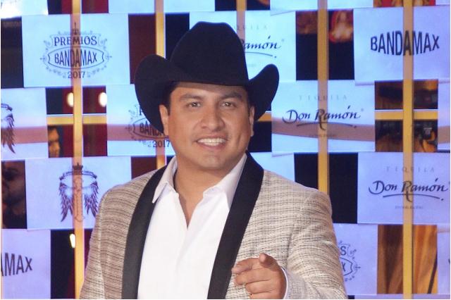 Julión Álvarez levanta la mano para hacer dueto con Luis Miguel