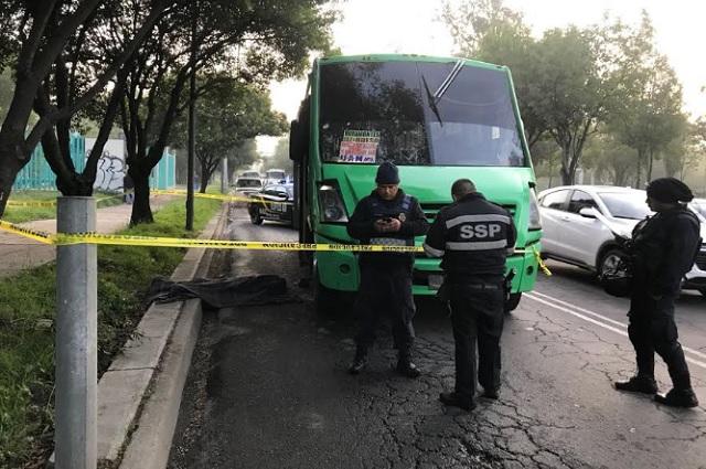 Justiciero enfrenta 3 delincuentes en microbús de Iztapalapa y mata a uno