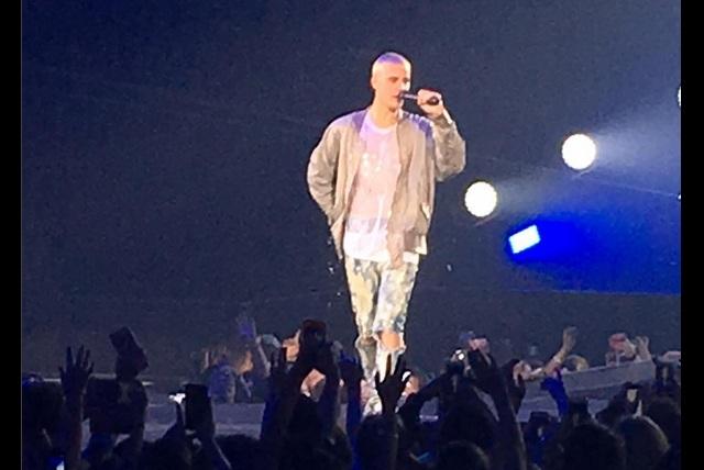 VIDEO Al estilo Juan Gabriel: Justin Bieber sufre aparatosa caída