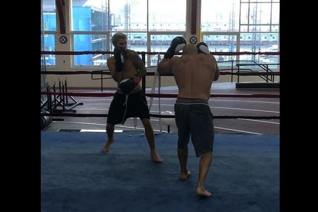 Tras pelea callejera, Justin Bieber entrena box para que no lo vuelvan a derribar