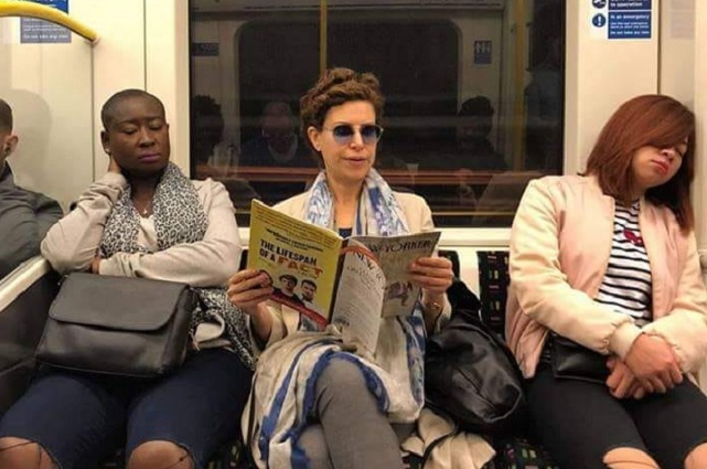 Difunden fotografía de Karime Macías viajando en el Metro de Londres