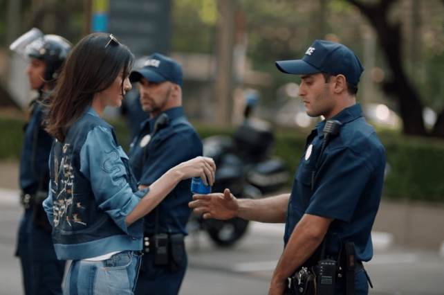 Pepsi retira polémico video con Kendall Jenner y le pide disculpas