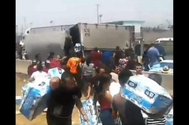 Vuelca tráiler con papel higiénico en Ecatepec y pobladores lo saquean