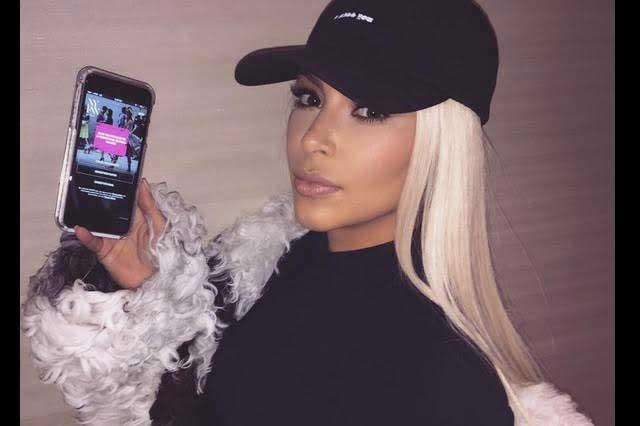 Kim Kardashian no tiene que ponerse y se toma selfie desnuda