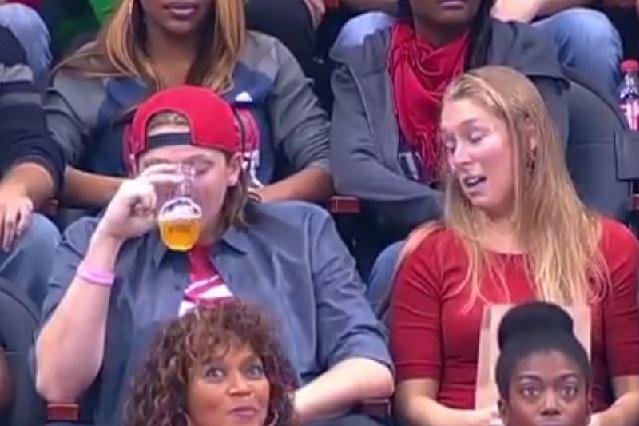 Por estar tomando cerveza ignora a su novia y ella en venganza besa a otro