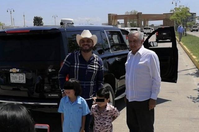 Desde Sinaloa, AMLO baja de camioneta para tomarse foto con 'El Komander'