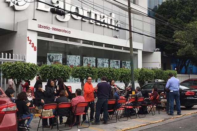 La Jornada informa que está en huelga y que no suspende su labor informativa