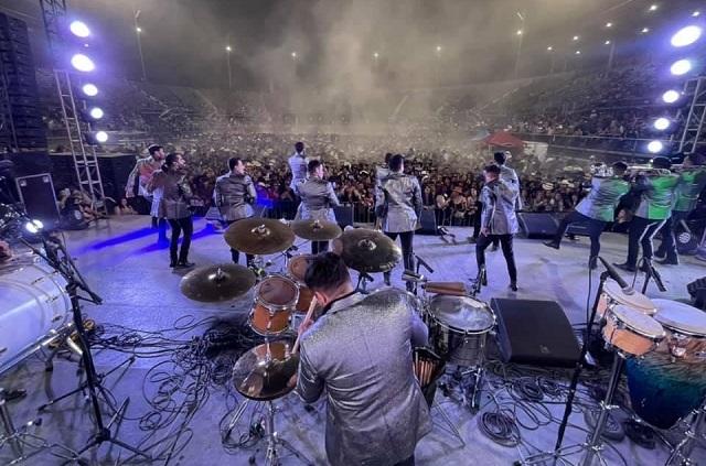 Fan pide matrimonio a novia en concierto de La Adictiva
