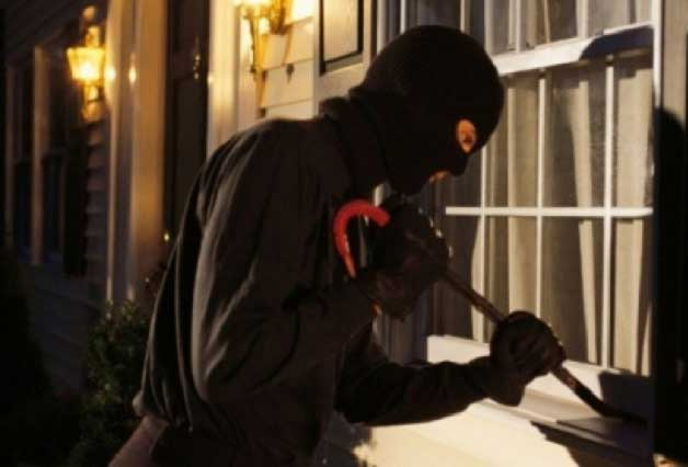 Sujeto intenta robar una casa y llama a la policía porque quedó atrapado
