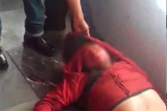 Pasajeros del Metro golpean y desnudan a un ladrón
