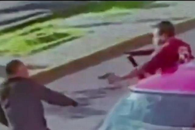 Ladrón de cuentahabientes somete a un policía y le roba su arma R-15
