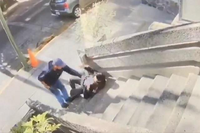 Graban a ladrón que asalta a una mujer policía y le roba su arma de fuego