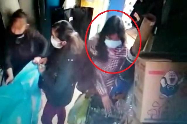 Captan a mujer robando mercancía en local del centro de Zacapoaxtla