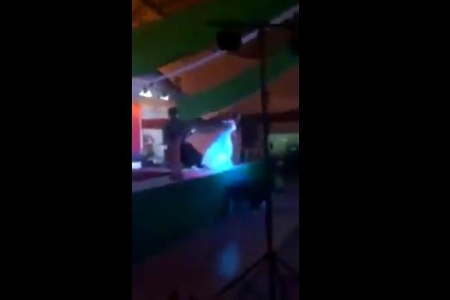 VIDEO: Lady pierde concurso de belleza y tira del escenario a la ganadora