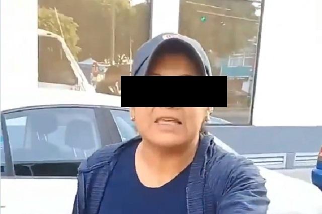 Mujer ataca microbús y rompe cristal